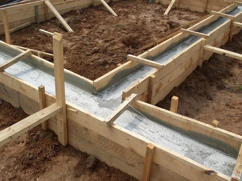 zalivka opalubki betonom