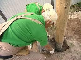 Вкапывание деревянных столбов для забора