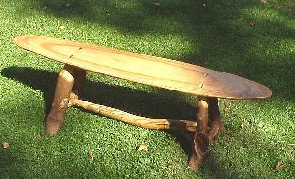 скамейка из спилов бревна
