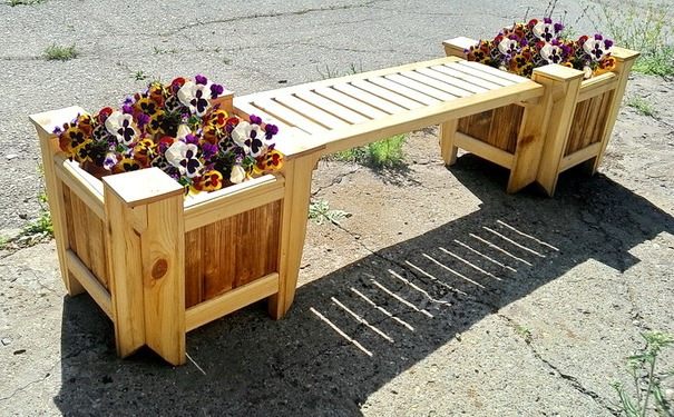 скамейка с цветниками