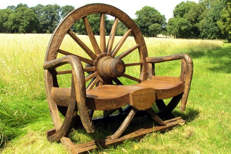 скамейка с колесом от телеги