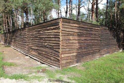 Деревянный забор из необрезных досок