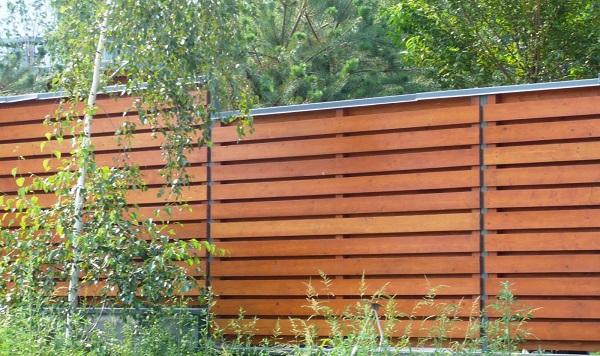 Деревянный забор требует защиты