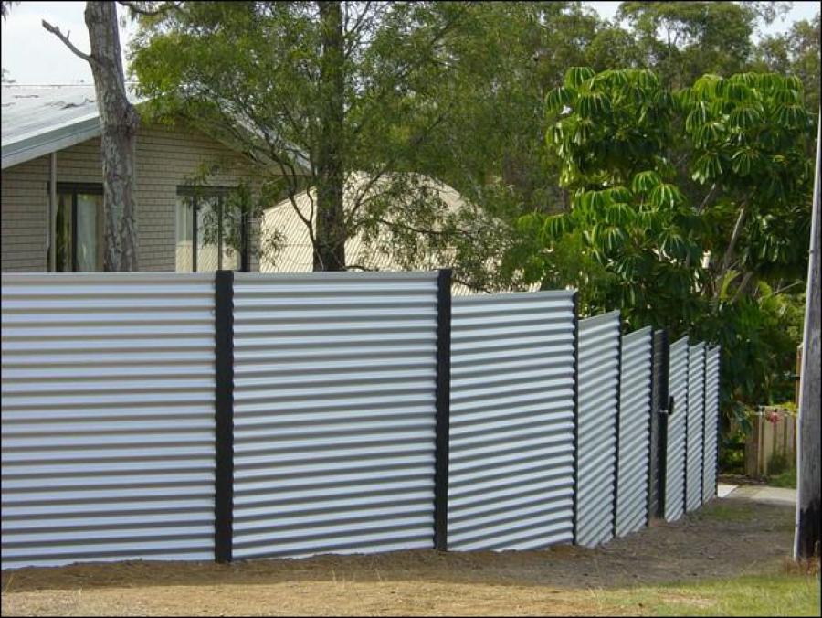 забор из профнастила на склоне фото