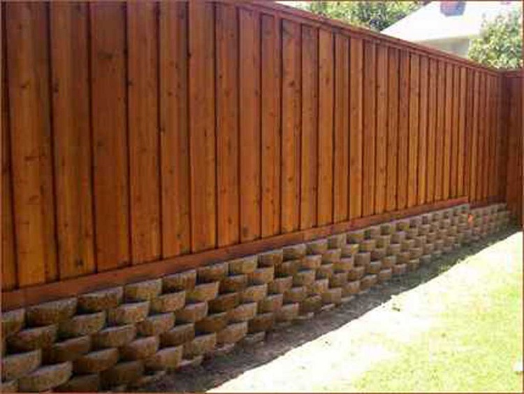 Защита деревянного забора – цоколь и козырек