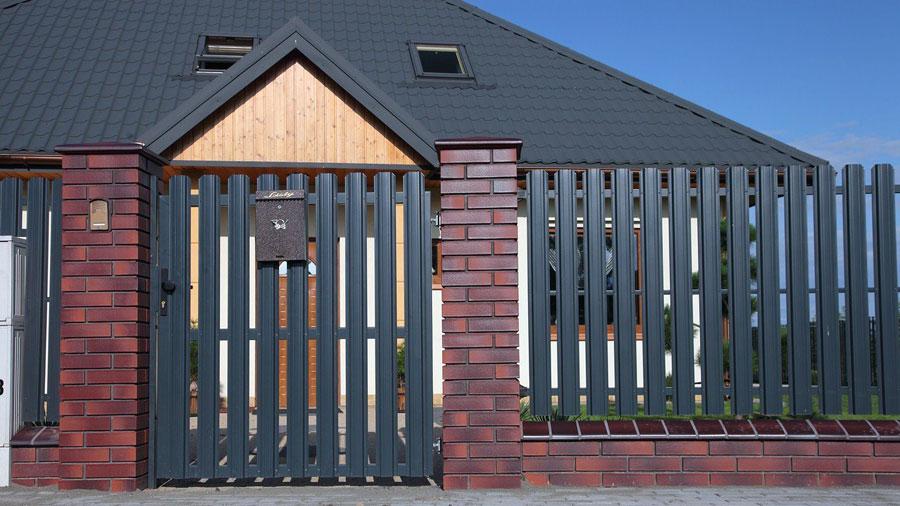 Забор из евроштакетника вокруг дома
