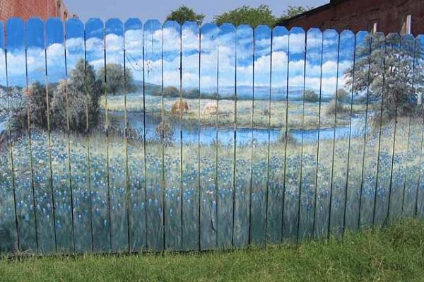 Покрашенный забор-штакетник