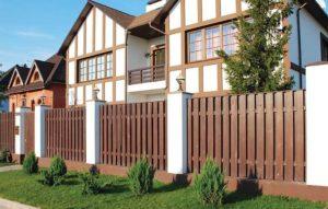 Забор из деревянного штакетника вокруг дома