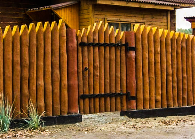 Деревянный забор частокол для частного дома