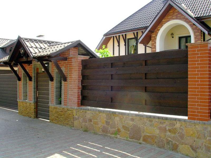 Забор с кирпичными столбами из дерева