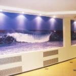 Можно ли использовать натяжное полотно от потолка для создания стен