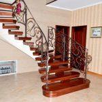 Лестница для загородного дома: как правильно выбрать?