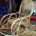 Стильное самодельное кресло-качалка с плетеной спинкой