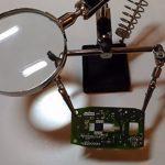 Самодельный держатель-рука со светильником для пайки