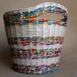 Как сплести надежную корзину для белья из обычных газетных трубочек
