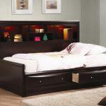 Самодельная кровать для подростка с выдвижными ящиками в основании