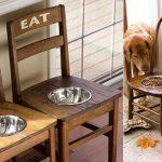 Как смастерить подставку для миски животного из старых стульев