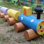 Веселый поезд из бревен для детской площадки на дачном участке