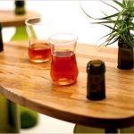 Красивый столик для гостиной с ножками из винных бутылок