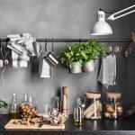 Вертикальный рейлинг на кухню из металлической трубы