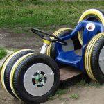 Детская игрушечная машина из старых шин и досок на даче