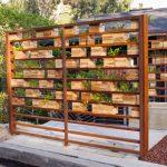 Легкая ширма для садовой террасы из подручных материалов