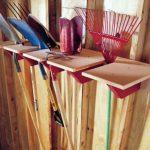Удобные полки для садового инвентаря из деревянных обрезков