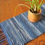 Плетеный коврик из обрезков старых джинсов
