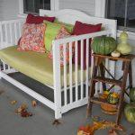 Как смастерить яркую скамейку из старой кровати