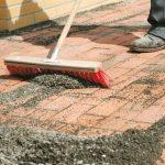 Простое приспособление для расшивки швов тротуарной плитки