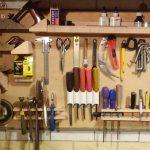 Самодельная подставка под инструменты для верстака в гараже