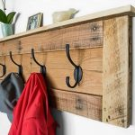 Как сделать удобную вешалку для одежды из остатков деревянной доски