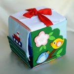 Как смастерить развивающий кубик для малыша из того что под рукой