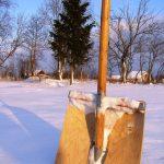 Простая лопата для уборки снега из остатков стройматериалов