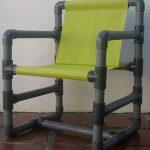 Уличные стулья с каркасом из пластиковой трубы и брезентового сидения