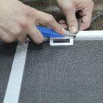 2 способа самостоятельно заделать дырки на москитной сетке