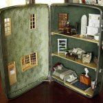 Как сделать домик для кукол дочери из старого чемодана