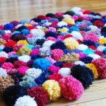 Яркий коврик из помпонов своими руками для украшения гостиной