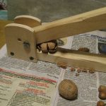 Как изготовить самодельное приспособление чтобы колоть орехи