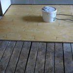 Простой способ выровнять поверхность деревянного пола
