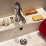 Хитрость, позволяющая не забиваться волосам в ванной и раковине