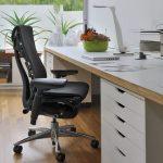 Выбор офисного кресла для работы: основные типы и критерии